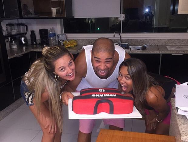 Adriano ganha bolo do Flamengo no aniversário