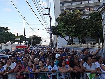 Multidão aguarda saída do caixão de Dominguinhos da Assembleia (Foto: Katherine Coutinho / G1)