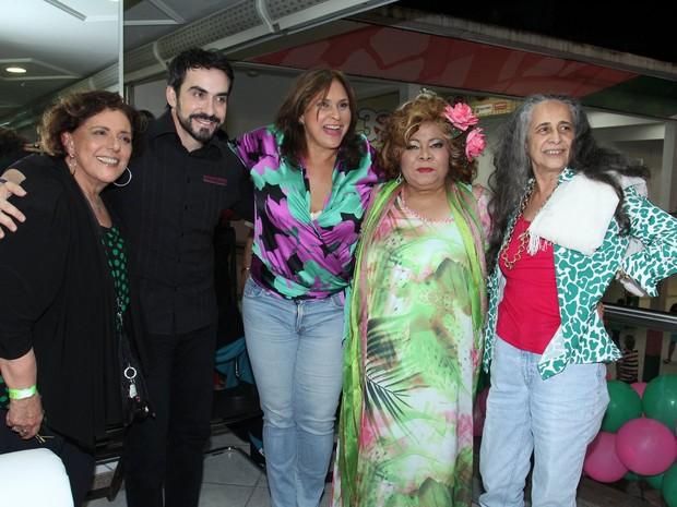 Leda Nagle, Padre Fábio de Melo, Alcione, Fafá de Belém e Maria Bethânia em festa na quadra da Mangueira, na Zona Norte do Rio (Foto: Alex Palarea/ Ag. News)