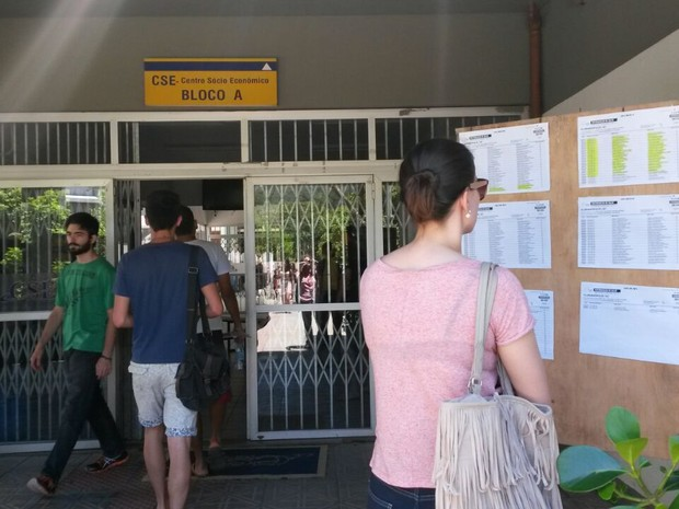Candidatos conferiram os locais de prova nos quadros de aviso da UFSC, em Florianópolis. (Foto: Joana Caldas/G1 SC)