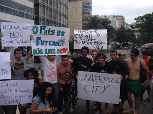 O humorista Hélio de  La Peña no grupo que protesta no Leblon (Foto: Alba Valéria Mendonça/G1)