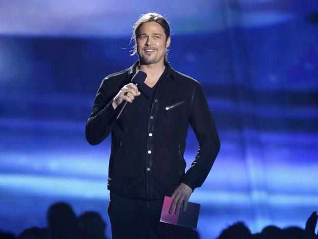Brad Pitt anuncia o prêmio filme do ano no MTV Movie Awards 2013, vencido por 'Os Vingadores (Foto: Danny Moloshok/Reuters)