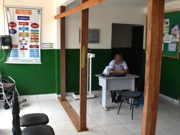 Madeira foi colocada para sustentar teo de posto de saúde (Foto: Divulgação/Assessoria)