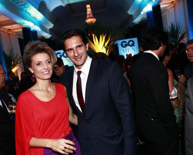 Carol Cornuau, presidente de Novos Mercados da Condé Nast, posa com Frederic Kachar, diretor-geral da Editora Globo na noite de premiação (Foto: Leo Lemos/GQ)