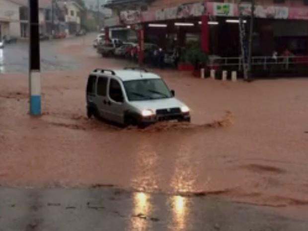 Ruas foram alagadas na região Oeste (Foto: Reprodução/RBS TV)