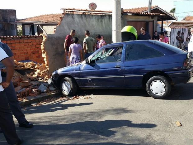 Após atropelar mulher, motorista derrubou muro de casa em Capivari (Foto: Tonny Machado/Raízes FM)