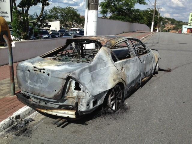 Um terceiro jovem que estava no carro também ficou ferido e está internado. (Foto: Márcio Pinho/G1)