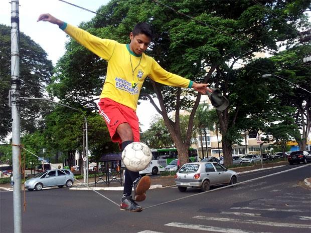 Jalison, de 20 anos, domina a bola em cima de um cabo de aço (Foto: Rodolfo Tiengo/ G1)