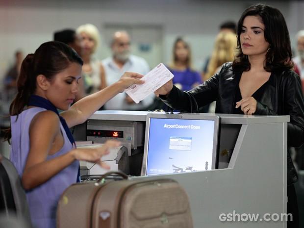 Na cena, Aline se prepara para embarcar em um voo (Foto: Pedro Curi/TV Globo)