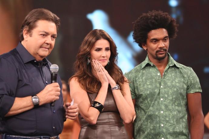 Lisandra Souto e o professor Marcus Lobo com Faustão (Foto: Carol Caminha/Gshow)