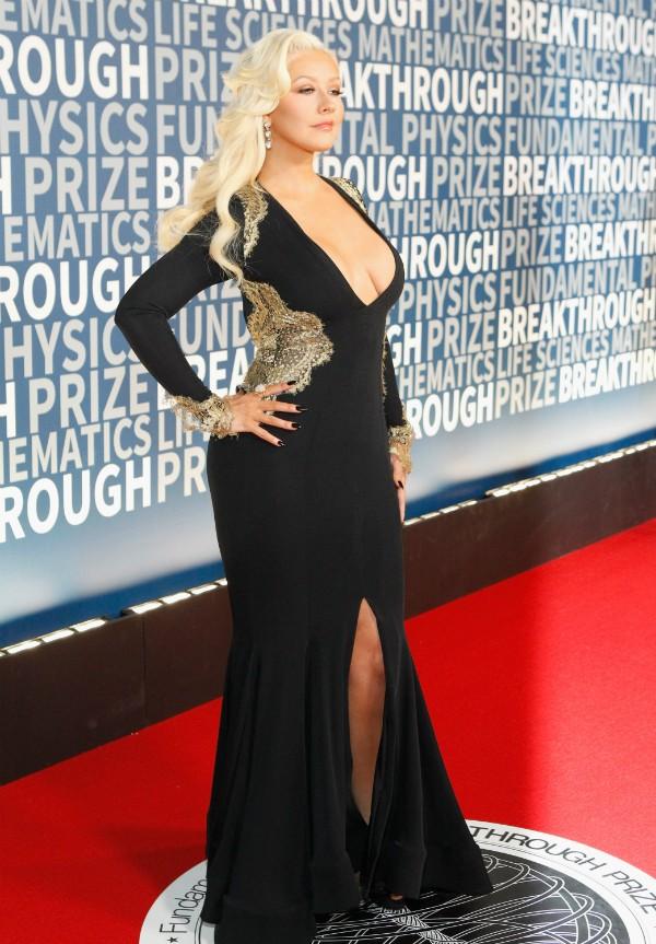 A cantora Christina Aguilera chamou atenção por seu decote (Foto: Getty Images)