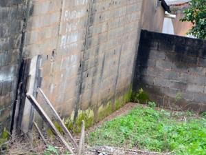 Terreno onde a criatura foi vista, onde cercada por um muro, continua sem construções Varginha (Foto: Régis Melo / G1)