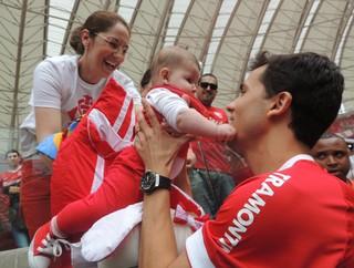 nilmar internacional inter apresentação bebê (Foto: Tomás Hammes/Globoesporte.com)