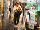 Débora Nascimento passeia descontraída e sozinha em shopping