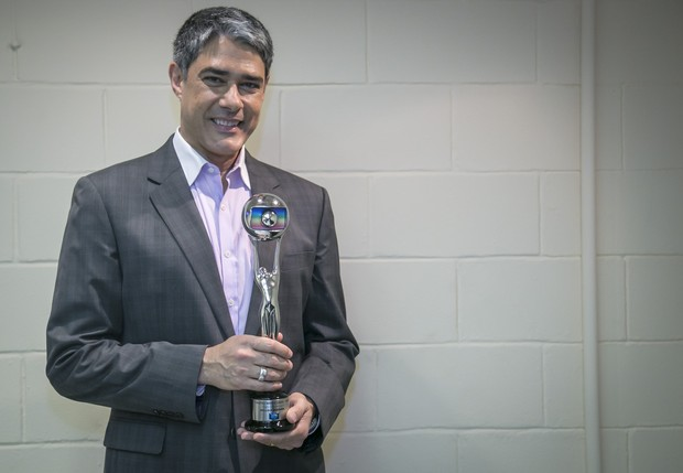 William Bonner recebe o troféu Mário Lago no prêmio Melhores do Ano, do Domingão do Faustão (Foto: Paulo Belote / Globo)