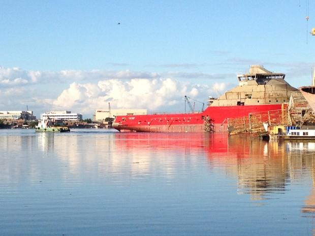 Rebocador de alto mar Skandi Angra (vermelho) seria inaugurado neste sábado (Foto: Lívia Torres/G1)