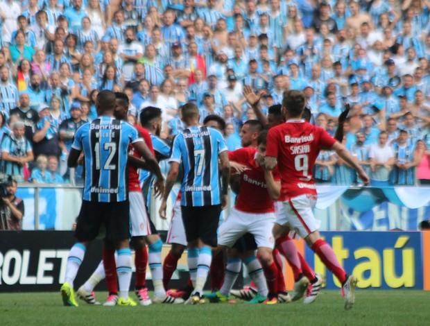 Jogadores do Grêmio e do Inter durante confusão no Gre-Nal