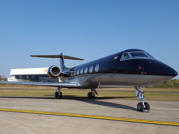 Modelo Gulfstream do Azerbaijão parado no pátio do Galeão (Foto: Káthia Mello/G1)