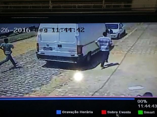 Imagens de câmeras de monitoramento auxiliaram na identificação dos suspeitos (Foto: Divulgação/ PM)