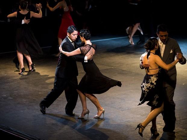 Casais na competição de tango em Buenos Aires (Foto: Victor R. Caivano/AP)