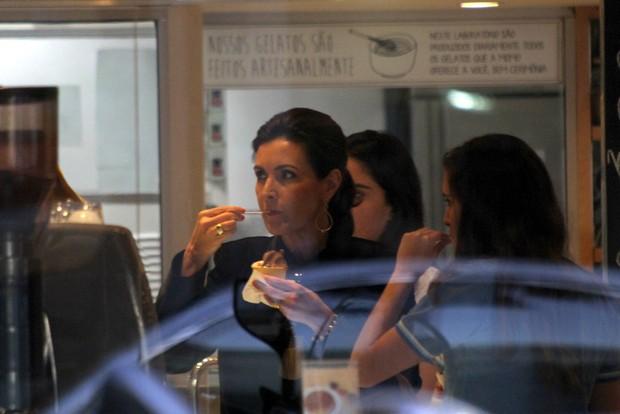 Fátima Bernardes toma sorvete com as filhas (Foto: J. Humberto / AgNews)