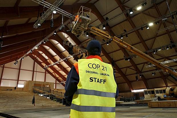 Operário observa montagem de galpão que abrigara a cúpula do clima de Paris, em dezembro (Foto: Benoit Tessier/Reuters)