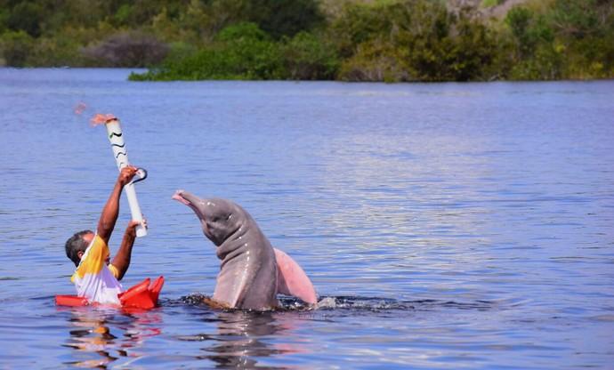Boto Tocha chama olímpica Manaus Amazonas revezamento (Foto: Joel Arthus/Secom)