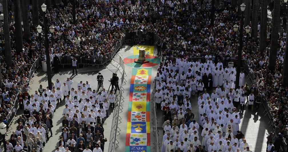 Tradicional tapete de Corpus Christi, que foi confeccionado com uma tonelada e meia de sal grosso, montado na Praça da Sé, no centro de São Paulo, onde uma missa será celebrada para marcar a data, nesta quinta-feira, 15. (Foto: NELSON ANTOINE/ESTADÃO CONTEÚDO)