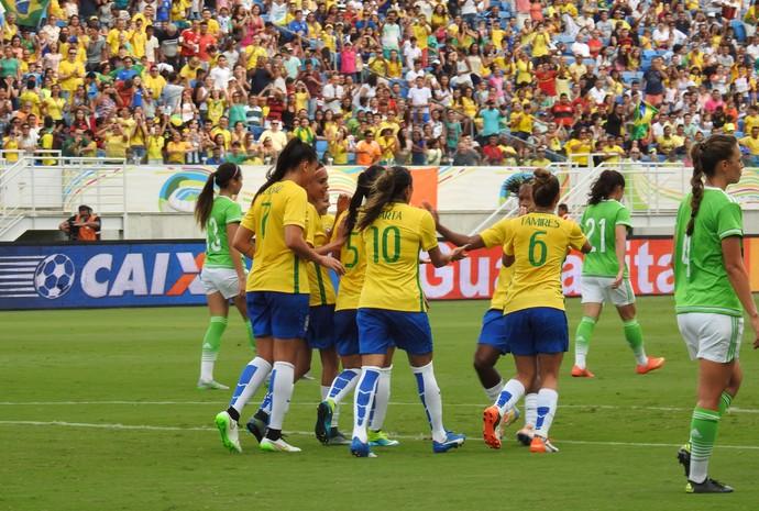 Marta celebra gol diante do México (Foto: Cíntia Barlem)