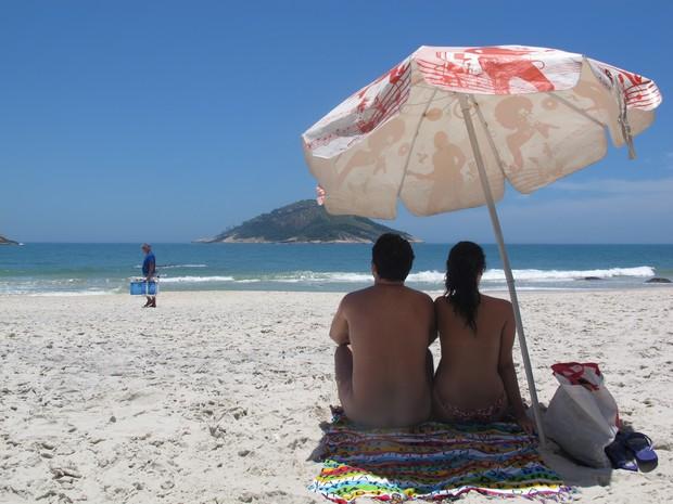 Durante a semana, não há restrição do uso de roupas na praia de Abricó . Nos finais de semana, há até segurança para não permitir a entrada de curiosos vestidos (Foto: Gabriel Barreira/G1)