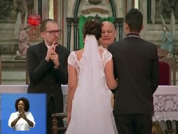 Casal contou com auxílio de intérprete em altar (Foto: Reprodução/TV TEM)
