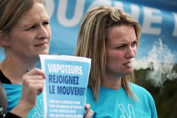 Manifestantes pró-cigarro eletrônico reuniram-se em frente ao Parlamento Europeu, em Estrasburgo. (Foto: AFP Photo/Frederick Florin)