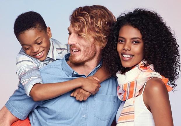 Anúncio da marca Old Navy traz um casal inter-racial: estudo aponta que tendência aumentou após surgimento do Tinder (Foto: Reprodução/Facebook)
