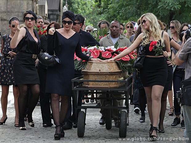 Bárbara Ellen e Brunetty choram juntas diante do caixão de Jonathan James (Foto: Sangue Bom/TV Globo)