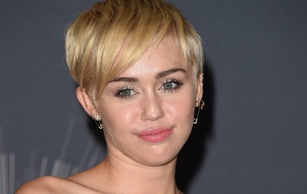 """Miley Cyrus teve dizer seu nome em um restaurante de fast-food, em 2009, para que pudessem lhe entregar corretamente seu pedido. Mas esse procedimento tão comum irritou a cantora. """"Você está falando sério? Não me reconhece? Eu sou Miley Cyrus!"""", falou ela, ao que o funcionário respondeu: """"Que bom para você. Está aqui seu pedido. Tenha um bom dia"""". (Foto: Getty Images)"""