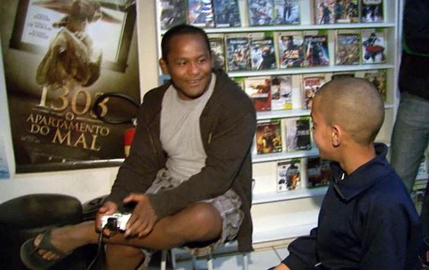 Fredson foi desafiado e nocauteado pela garotada no videogame (Foto: Reprodução EPTV / Marcelo Rodrigues)