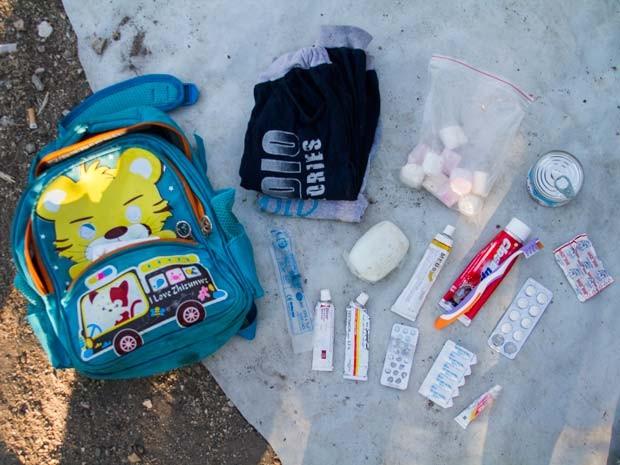 Menino carregou em suas mochilas doces e itens de higiene (Foto: Tyler Jump/International Rescue Committee)