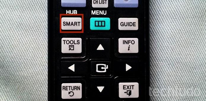 """Acesse o botão """"Smart"""" no controle remoto da TV (Foto: Barbara Mannara/TechTudo)"""