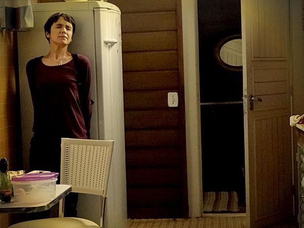 Nina se esconde atrás da geladeira (Foto: Avenida Brasil / TV Globo)