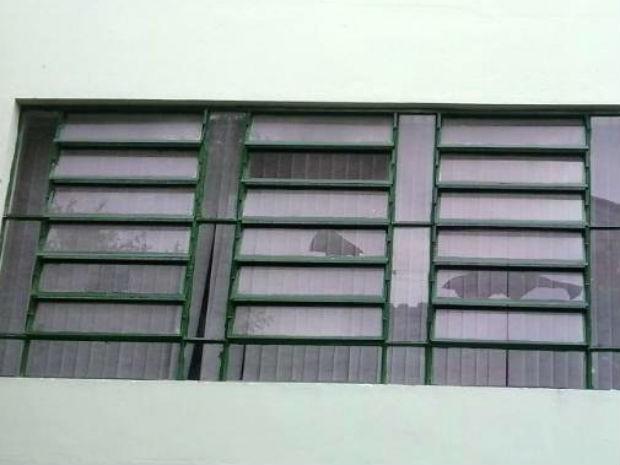 Plo menos 23 janelas foram quebradas, afirma GCM (Foto: Divulgação / GCM)