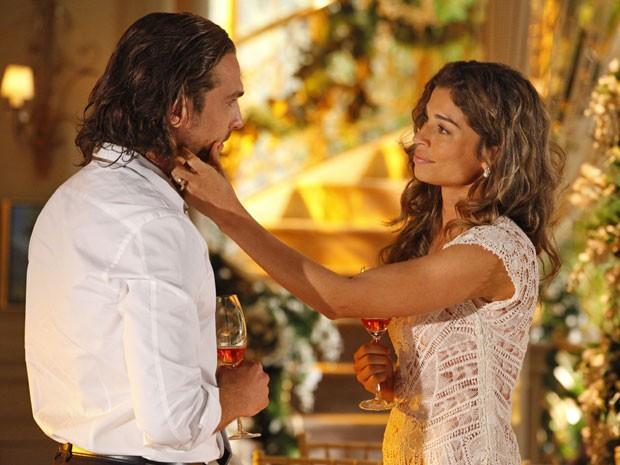Alberto dá mais um passo para conquistar o coração de Ester (Foto: Flor do Caribe / TV Globo)