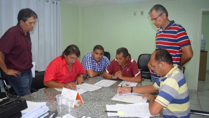 Equipe do Departamento Técnico de Futebol da FPF faz últimos ajustes da tabela (Foto: Hévilla Wanderley / GloboEsporte.com/pb)