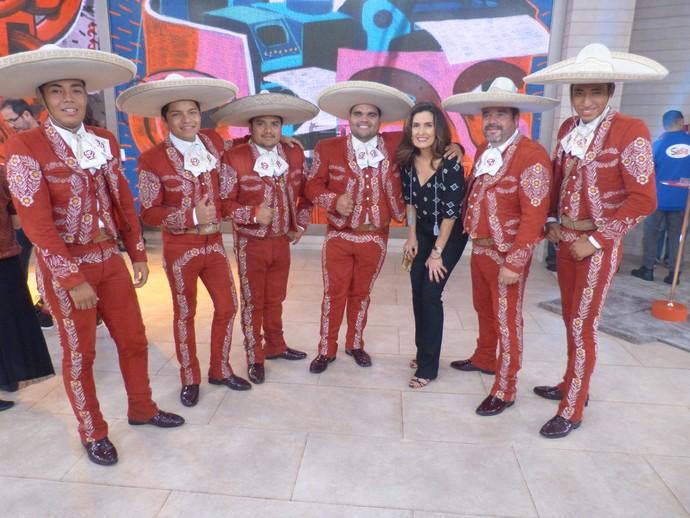 Mariachis com a apresentadora depois do programa  (Foto: Tiele Nicolini/Gshow)