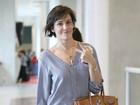 Deborah Secco escolhe look discreto para viajar