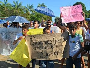 Com cartazes de apoio a professores, alunos fecharam a rodovia AC-405 (Foto: Adelcimar Carvalho/G1)