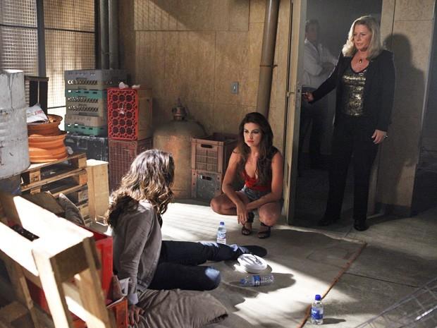 Irina acaba com a conversa de Morena e Waleska (Foto: Salve Jorge/ TV Globo)