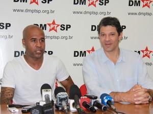 Marcos Assunção, jogador do Palmeiras, e Fernando Haddad, candidato do PT à Prefeitura de São Paulo (Foto: Germano Assad/ G1)