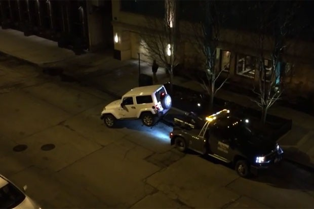 Motorista arrancou e escapou de guincho nos EUA  (Foto: Reprodução/YouTube/Tony Marengo)