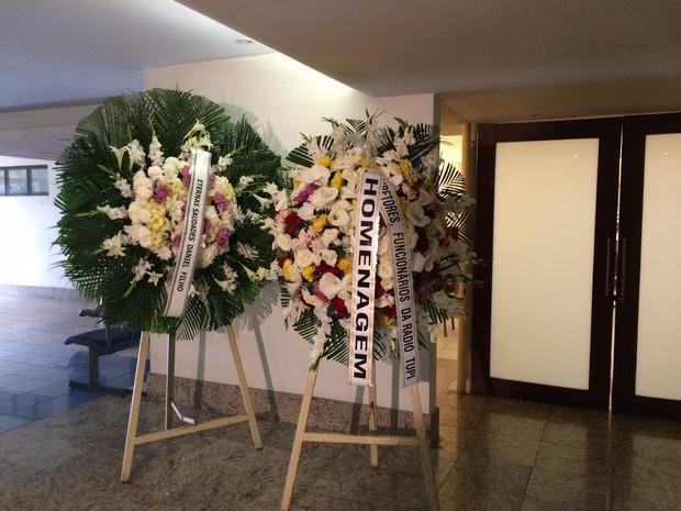 Coroas de flores em homenagem a Yoná Magalhães (Foto: Fernanda Rouvenat/ G1)