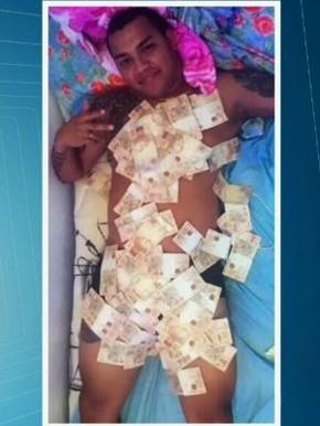 """Suspeito postou foto com """"cobertor"""" de cédulas (Foto: PRF/Divulgação)"""